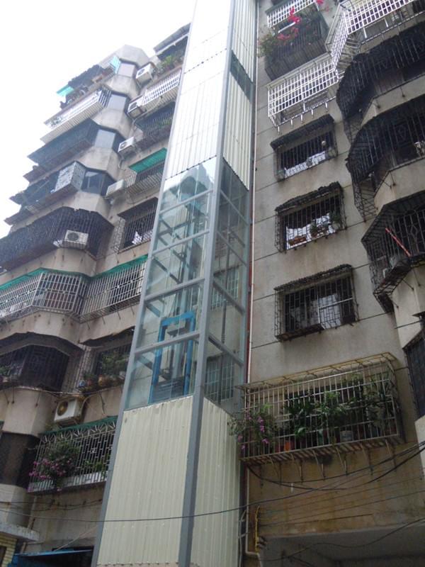 老旧楼加装电梯设备时需要注意事项。随着城市生活质量的不断提高,居民对便捷垂直的交通出行工具——电梯提出了更高的要求。对于老年人多的老旧楼,问题更加突出,许多老人腿脚不灵便,走楼梯下楼实在是不方便,就更增加了老旧楼增加电梯设备的必要性。   老旧楼增加电梯不可盲目大意,一定要注意以下事项,做的安全可靠。   1、 施工之前,用安全栅门围住地坑周围,并且摆放安全提示的标识,避免意外发生。   2、 运用梯子进出底坑。   3、 不要手持物品进出底坑。   4、 运用云梯工作时,应
