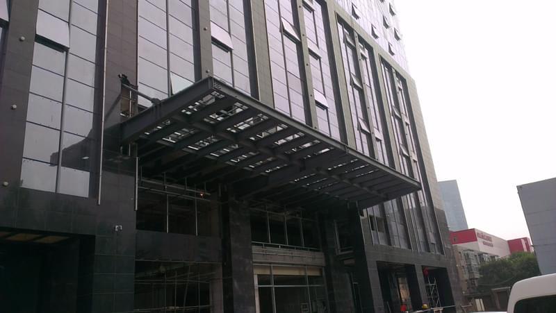 北京钢结构雨棚设计规范。随着建筑业的飞速发展,不仅主体建筑造型日新月异,作为建筑重要一部分的钢结构雨棚,可以说是建筑物的画龙点睛之笔,其设计也越来越受到关注。    钢结构自重轻、强度高、延性好,钢结构雨棚得到广泛应用。雨棚所处的位置特殊,要求在设计时不仅要保证结构的安全性、适用性、耐久性和稳定性,而起要满足建筑的美观性要求。   北京钢结构雨棚设计规范。凯利恒工程公司具有专业的设计团队,并长期与国家级设计院强强联手,为您打造专业的设计方案,让您满意,更让您放心。
