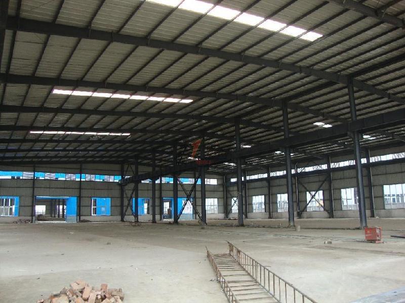 北京钢结构厂房搭建。钢结构厂房包括刚柱子,钢梁,钢结构基础,钢屋架,钢屋盖等,主要的承重构件都是由钢材组成的。   钢结构厂房之所以应用越来越广泛,原因在于与普通混凝土厂房相比存在很大优势:   一是可干式施工,节约用水,施工占地少,施工的嗓音小   二是大量减少混凝土的使用和砖瓦的使用,减少了城市周边的开山挖石,有利于环境保护   三是建筑使用寿命到期,钢构拆除产生的固体垃圾少,废钢资源回收再利用价值更高   四是钢结构厂房跨度大,内部空间更宽,使用起来更灵活   五是造价低,相比混凝土厂房,钢结