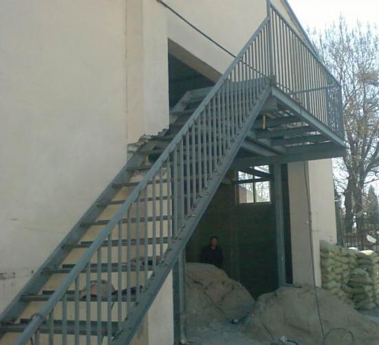钢结构楼梯已经不仅仅只是用在厂房等大型施工工程中,它也被逐步应用