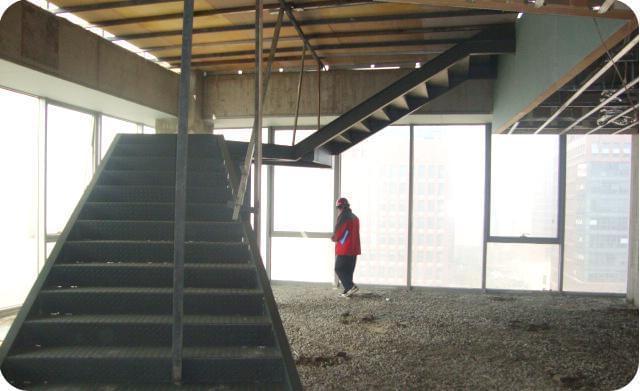 由于钢架楼梯(钢结构楼梯)的特点,因而其应用范围也甚为广泛。可用于过街天桥、地铁扶手等户外设施,也可用于餐厅、厂房、仓库、体育馆、大型市场、休闲度假产所等户内设施。 钢架楼梯(钢结构楼梯)的计算主要包括荷载计算、内力计算、截面计算和承载力的计算。钢架楼梯(钢结构楼梯)的安全性是人们首要考虑的因素,因此在钢结构楼梯的设计方面,安全工作应该放在第一位。