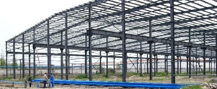 钢结构工程的搭建速度快是各种建筑结构建设都没法比的,关于质量的好坏,不是像混凝土结构或砖混结构那样,做的快就没质量了,只要控制好材料的好坏基本钢结构的质量就有保证了,钢结构工程快是体现在,材料的加工和安装速度。  加工钢结构工程所使用的主要结构材料都是成品或半成品材料,加工比较简单,并能够使用机械操作,不仅质量有保证,还易于定型化、标准化,工业化生产程度高。因此,钢构件一般在专业化的金属结构加工厂制作完成,精度高,质量稳定,劳动强度低。 厂区制作加工好的半成品构件运输到工地拼装时。多采用简单方便的焊接连接