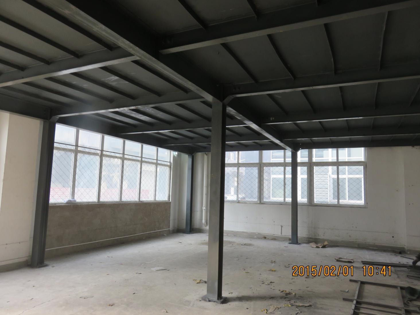 1.钢结构平台铺板按工艺生产要求可分为固定的及可拆卸的,按构造一般可分为板式(钢筋混凝土板、花纹钢板、平钢板、平钢板加工冲泡或电捍花纹等》,篦条式(由圆钢或板条焊成或工厂制成的钢格板)及钢网格板(工厂制造的钢网板、压焊钢格栅板(YB4001-91)等。  行走的钢结构平台和操作钢结构平台宜采用花纹钢板,当材料无法解决时,亦可用采取防滑措施后的平钢板(表面电焊花纹或加冲泡》代替。室外钢结构平台以及考虑减少积灰的平台通常采用篦条式铺板或钢网格板等,重型操作平台常采用普通平钢板上加防护层,有条件时宜采用现浇钢筋