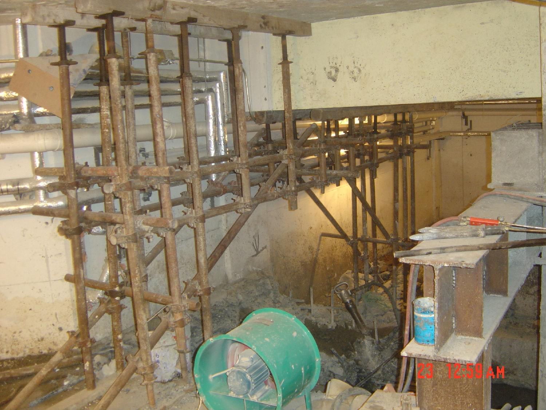 (1)置换混凝土加固施工的操作要点首先是卸载的实施,前边凯利恒小编分享过相关的实施要求,在这里就不做阐述了, (2)置换混凝土加固施工混凝土局部剔除及界面处理 1)剔除被置换的混凝土时,应按规定的方法、步骤和要求进行。剔除过程中不得损伤钢筋及无需置换的混凝土;若钢筋或混凝土受到损伤,应由施工单位提出技术处理方案,经设计和监理单位认可后方能进行处理。 2)新旧混凝土的界面处理应按照设计要求及相关规范的规定执行。 3)设计未要求使用界面剂时,在原混凝土表面凿毛并清理洁净的界面上涂刷一道硅酸盐或普通硅酸盐水泥