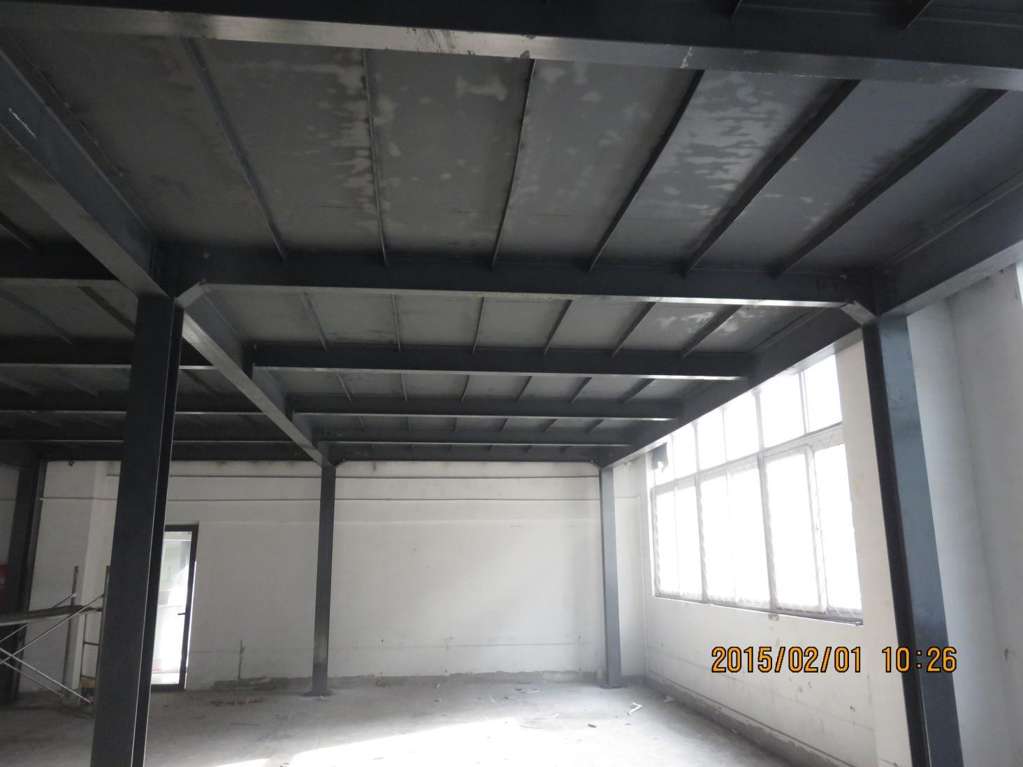 未与原厂房柱等承重结构相联系的独立钢结构平台,或钢结构平台的独立部分,应在某些柱列之间设置柱间支撑,使整个钢结构平台在竖向成为稳定体系。支撑最好布置在柱列中部,如因工艺生产条件限制也可布置在边部。  柱间支撑通常采用交义形,如交叉形与使用要求有矛盾时。可采用门形或连续的隅撑,有时也采用横梁与柱刚接的框架形式。 钢结构平台结构的防护措施 受高温作用的钢结构平台,应根据不同情况采取防护措施,例如; 1.