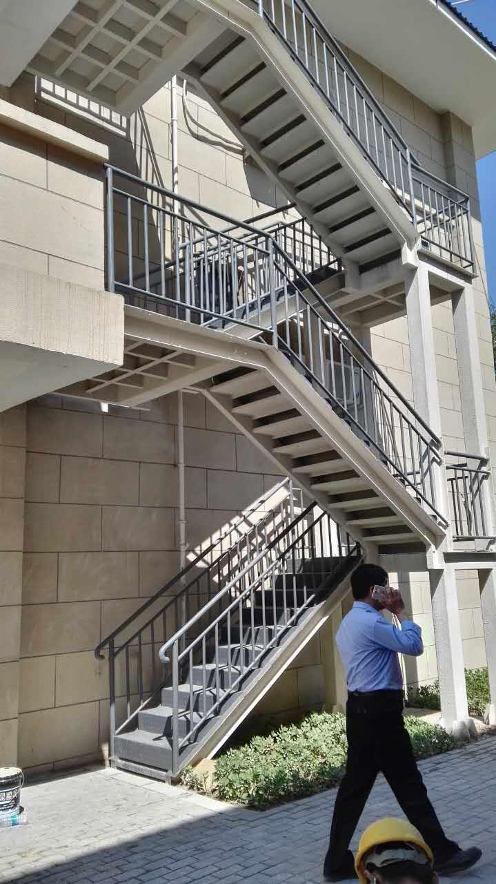 此室外钢结构消防楼梯为朝来老年公寓项目,前期我们承接了1#楼、2#楼、3#楼电梯井改造、3#楼新增通风道拆除与加固、1#楼、2#楼、3#楼地下一层至顶层通风口粘贴碳纤维布加固、1#楼、2#楼、3#楼二层、三层及顶层局部梁、板粘贴碳纤维布、粘钢加固、1#楼、2#楼、3#楼窗口扩大拆除加固工程(详见:朝来老年公寓改造加固工程案例),  钢结构消防楼梯焊接  钢结构消防楼梯焊接  钢结构消防楼梯焊接完成    喷涂防腐防火涂料  钢结构消防楼梯安装完成后验收