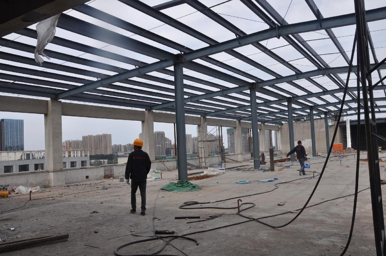 钢结构工程屋盖结构的选型应根据生产工艺和钢结构建筑造型的要求综合考虑材料供应、施工能力、生产维修诸因素,以获取较好的经济效益。其具体形式主要取决于屋面材料、天窗形式、钢材供应情况以及施工吊装能力等因素。一般情况下轻屋面采用有檩屋盖体系,重屋面采用无檩屋盖体系:天窗形式由通风和采光要求确定。纵向天窗构造简单,钢材消耗指标不高,应用范围最广;横向天窗和井式天窗沟造复杂,钢材消耗指标并不低故应用较少。只有当通风要求很高、需要很大的排风面积时,才以采用下沉式横向天窗为宜。在一个温度区段内一般只用一种天窗形式,但在