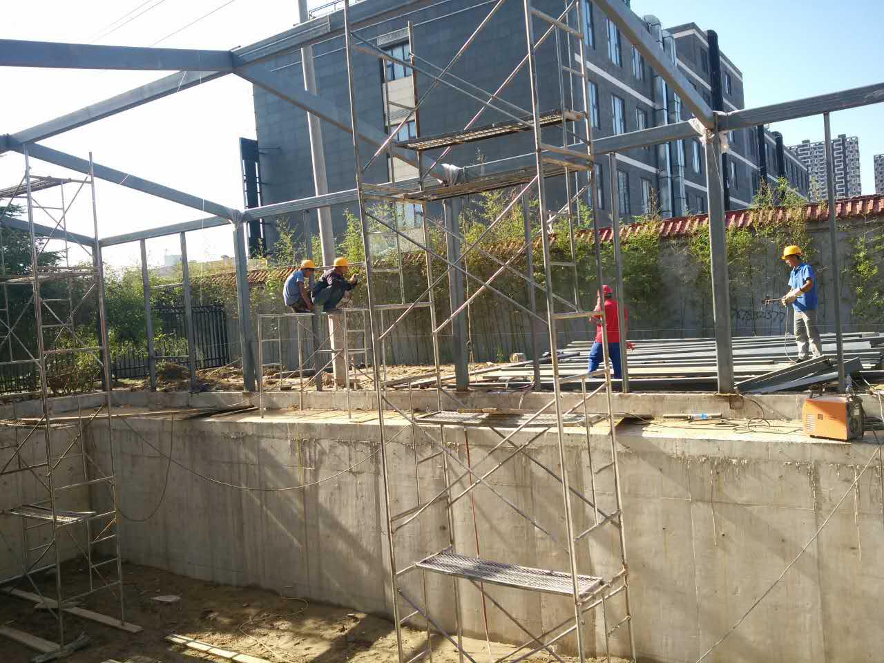 所以历时较长,施工项目包含现浇柱基础,安装钢结构,玻璃幕以及遮阳帘