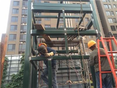 红鼎轩新增钢结构电梯井道工程凯利恒钢结构公司进场施工
