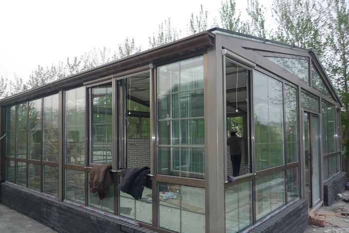 此工程为海淀区瀚河园路钢结构阳光房工程,项目位于北京市海淀区香山附近,应甲方要求,在园区内增加钢结构阳光房1个,凯利恒钢结构公司承接范围包含结构的深化设计、钢结构、玻璃安装,主框架采用200*200*8*8的镀锌矩形方管,玻璃采用6+6+9a+6+1.14钢化夹胶中空玻璃,以下为设计方案平面图及施工照片: