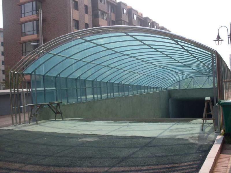 钢结构棚样式多种多样,主结构有圆管、方管、型钢等,板材主要以板材有pc阳光板、彩钢板、玻璃、铝朔板、索膜等为主。每种材料的性能、外观、使用年限、经济性不同,可根据实际要求自主选定。 按照使用用途可分为:钢结构雨棚、钢结构车棚(自行车)、钢结构阳光棚(遮阳棚)、地下车库出入口雨棚等,适用于街道两侧、工业厂区、学校、小区、办公楼、商场外围等。 钢结构雨棚:可分为钢结构+铝板、钢结构+玻璃、钢结构+阳光板等。