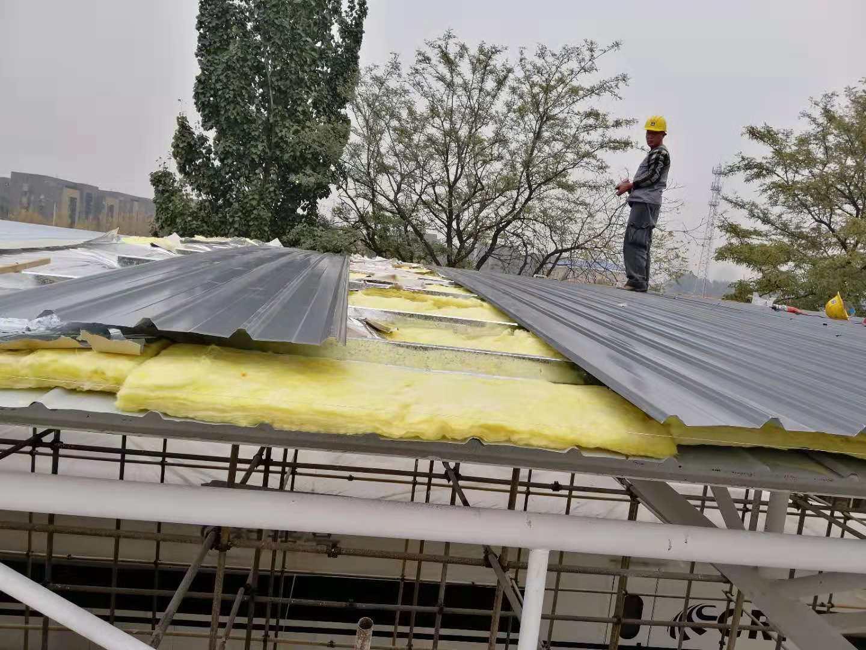 北京市房山经贸高级技术学校钢结构工程  屋面采用现场岩棉复合板安装