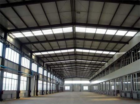 钢结构屋面工程吊装一般有四种情况:并列高低跨的屋面吊装,并列大